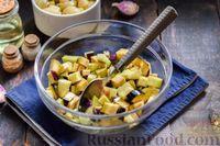 Фото приготовления рецепта: Салат с жареными баклажанами, сладким перцем и маринованными шампиньонами - шаг №3