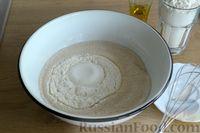 Фото приготовления рецепта: Открытые дрожжевые пироги с луком, ветчиной и сыром - шаг №3