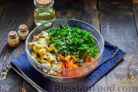 Фото приготовления рецепта: Салат с жареными баклажанами, сладким перцем и маринованными шампиньонами - шаг №9