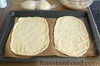 Фото приготовления рецепта: Открытые дрожжевые пироги с луком, ветчиной и сыром - шаг №16