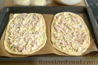 Фото приготовления рецепта: Открытые дрожжевые пироги с луком, ветчиной и сыром - шаг №17