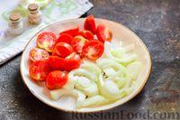 Фото приготовления рецепта: Куриное филе, тушенное с баклажанами и помидорами - шаг №4