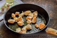 Фото приготовления рецепта: Куриное филе, тушенное с баклажанами и помидорами - шаг №5