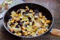 Фото приготовления рецепта: Куриное филе, тушенное с баклажанами и помидорами - шаг №6