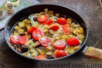 Фото приготовления рецепта: Куриное филе, тушенное с баклажанами и помидорами - шаг №8