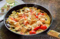 Фото приготовления рецепта: Куриное филе, тушенное с баклажанами и помидорами - шаг №9