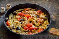 Фото приготовления рецепта: Куриное филе, тушенное с баклажанами и помидорами - шаг №10