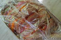 """Фото приготовления рецепта: Мясная """"гармошка"""", запечённая с яблоками и овощами - шаг №13"""