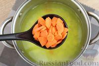 Фото приготовления рецепта: Куриный суп с манной крупой, помидорами и сладким перцем - шаг №4