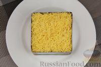 Фото приготовления рецепта: Слоёный салат с яблоками, морковью, сыром и яйцами - шаг №12