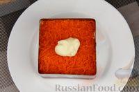 Фото приготовления рецепта: Слоёный салат с яблоками, морковью, сыром и яйцами - шаг №11