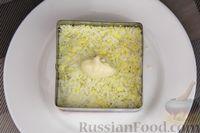 Фото приготовления рецепта: Слоёный салат с яблоками, морковью, сыром и яйцами - шаг №10