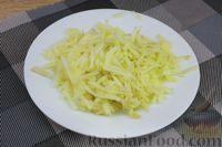 Фото приготовления рецепта: Слоёный салат с яблоками, морковью, сыром и яйцами - шаг №7