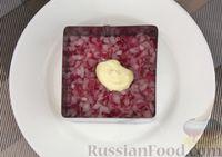 Фото приготовления рецепта: Слоёный салат с яблоками, морковью, сыром и яйцами - шаг №8