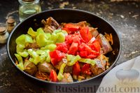Фото приготовления рецепта: Свиная печень, тушенная со сладким перцем, морковью и помидорами - шаг №7