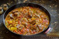 Фото приготовления рецепта: Свиная печень, тушенная со сладким перцем, морковью и помидорами - шаг №8
