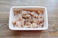 Фото приготовления рецепта: Куриное филе, запечённое с брусникой и грибами - шаг №3