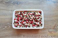 Фото приготовления рецепта: Куриное филе, запечённое с брусникой и грибами - шаг №6