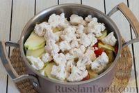 Фото приготовления рецепта: Овощное рагу с  кабачками, сладким перцем, белокочанной и цветной капустой - шаг №7