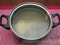 Фото приготовления рецепта: Куриный суп со сладким перцем, сосисками и консервированным горошком - шаг №3