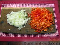 Фото приготовления рецепта: Куриный суп со сладким перцем, сосисками и консервированным горошком - шаг №5