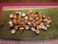 Фото приготовления рецепта: Куриный суп со сладким перцем, сосисками и консервированным горошком - шаг №6