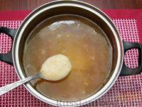 Фото приготовления рецепта: Куриный суп со сладким перцем, сосисками и консервированным горошком - шаг №11