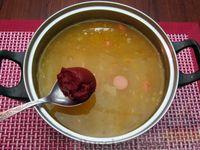 Фото приготовления рецепта: Куриный суп со сладким перцем, сосисками и консервированным горошком - шаг №13