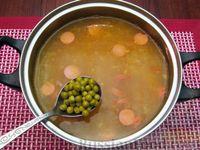 Фото приготовления рецепта: Куриный суп со сладким перцем, сосисками и консервированным горошком - шаг №14