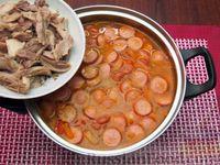 Фото приготовления рецепта: Куриный суп со сладким перцем, сосисками и консервированным горошком - шаг №15