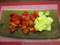 Фото приготовления рецепта: Рыба, тушенная с картошкой, баклажанами и кабачками - шаг №4