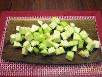 Фото приготовления рецепта: Рыба, тушенная с картошкой, баклажанами и кабачками - шаг №5
