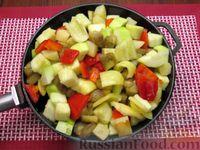 Фото приготовления рецепта: Рыба, тушенная с картошкой, баклажанами и кабачками - шаг №10