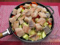 Фото приготовления рецепта: Рыба, тушенная с картошкой, баклажанами и кабачками - шаг №13
