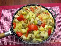 Фото приготовления рецепта: Рыба, тушенная с картошкой, баклажанами и кабачками - шаг №16