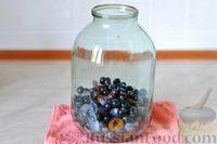 Фото приготовления рецепта: Компот из винограда и слив на зиму - шаг №9