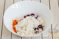 Фото приготовления рецепта: Салат из свёклы, моркови, риса и консервированного зелёного горошка - шаг №5