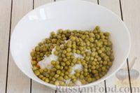 Фото приготовления рецепта: Салат из свёклы, моркови, риса и консервированного зелёного горошка - шаг №6