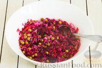 Фото приготовления рецепта: Салат из свёклы, моркови, риса и консервированного зелёного горошка - шаг №7