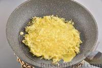 """Фото приготовления рецепта: Сосиски в картофельной """"шубке"""" - шаг №8"""