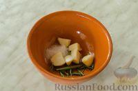 Фото приготовления рецепта: Свиные рёбрышки с розмарином, чесноком и мёдом, запечённые с картофелем - шаг №6