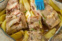 Фото приготовления рецепта: Свиные рёбрышки с розмарином, чесноком и мёдом, запечённые с картофелем - шаг №9