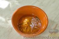 Фото приготовления рецепта: Свиные рёбрышки с розмарином, чесноком и мёдом, запечённые с картофелем - шаг №10
