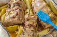 Фото приготовления рецепта: Свиные рёбрышки с розмарином, чесноком и мёдом, запечённые с картофелем - шаг №11