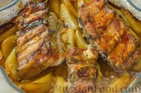 Фото приготовления рецепта: Свиные рёбрышки с розмарином, чесноком и мёдом, запечённые с картофелем - шаг №12