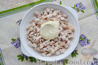 Фото приготовления рецепта: Слоёный салат с курицей, яблоками, сыром и яйцами - шаг №7