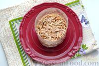 Фото приготовления рецепта: Слоёный салат с курицей, яблоками, сыром и яйцами - шаг №11