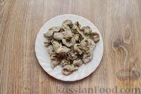 Фото приготовления рецепта: Дрожжевые пирожки с куриными желудочками и кабачками - шаг №4