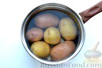 Фото приготовления рецепта: Отварной картофель, запечённый с куриным фаршем, под сливочно-сырным соусом - шаг №2