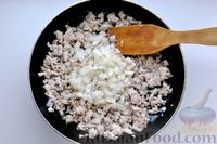 Фото приготовления рецепта: Отварной картофель, запечённый с куриным фаршем, под сливочно-сырным соусом - шаг №6